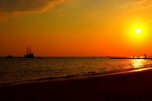 Закат солнца над Белым морем в Сиде, Турция