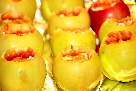Яблоки на фольге без семян с творогом и мёдом