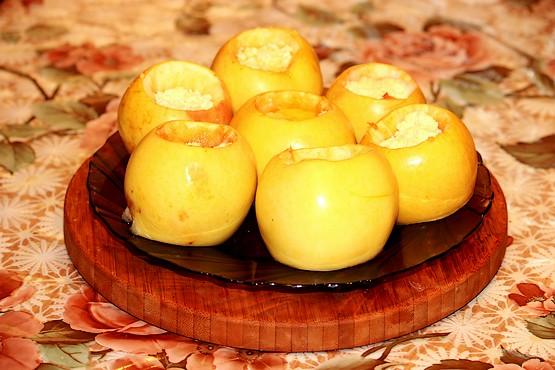 Запечённые яблоки на столе