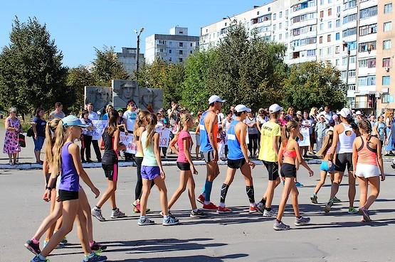 Участники пробега собираются на стартовой линии