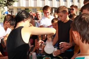 Девушки наливают молоко всем желающим