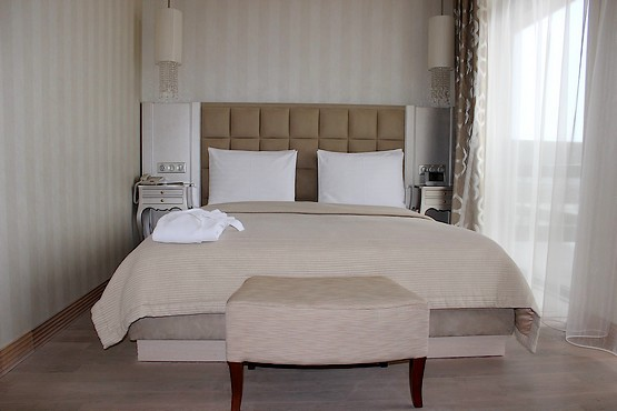 Кровать в номере отеля Superior Golf & Spa Resort