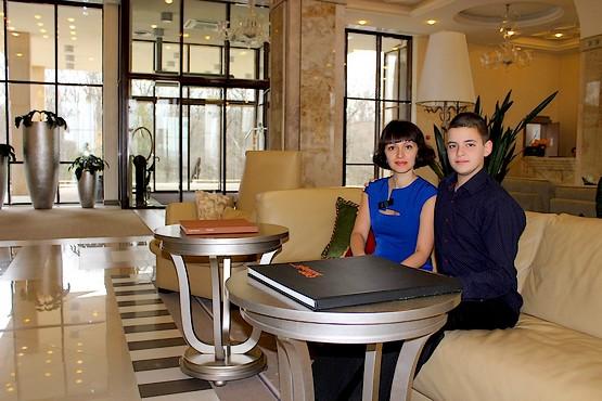 Таня с Алексеем на диване в отеле Superior Golf & Spa Resort