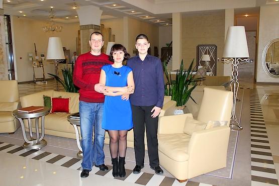 Семейное фото в холле гольф-курорта Superior Golf & Spa Resort в Харькове