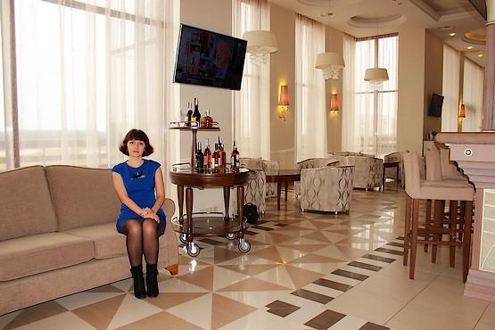 Любимая на диване в ресторане Lobby Lounge