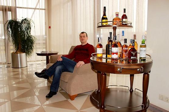 На диване у спиртных напитков