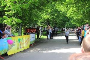 Следом финишируют и остальные участники пробега