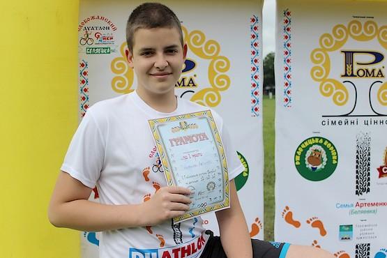 Сын в футболке с логотипом дуатлона и грамотой