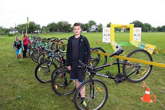 На фоне велосипедов у финиша