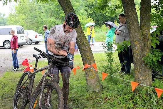 После велогонки по грунтовым дорогам в поле