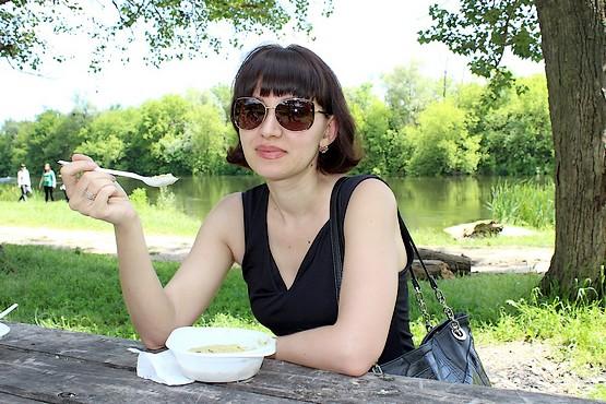 Таня за столом с кашей