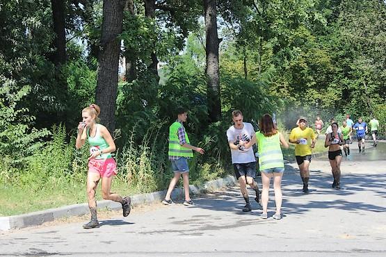 Волонтёры раздают воду на Kharkiv Trail 2016