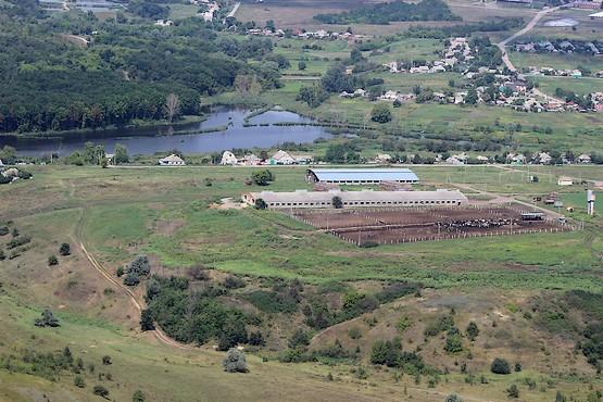 Ферма в живописном месте у села
