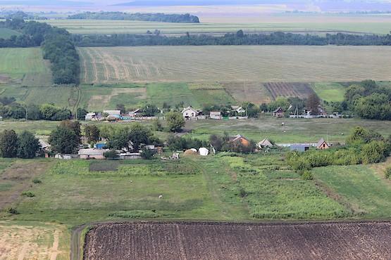 Вид с вертолёта на улицу и поля вокруг села