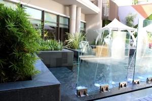 Фонтан в открытом бассейне SPA