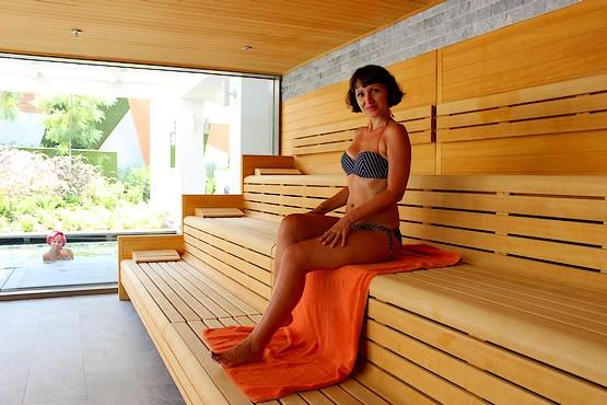Таня в сауне отеля The Sense с видом на бассейн с холодной водой