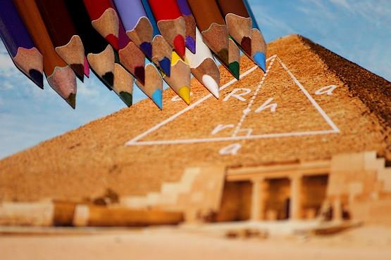 Карандаши над пирамидой