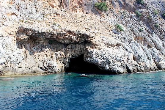 Пещера в скале у моря