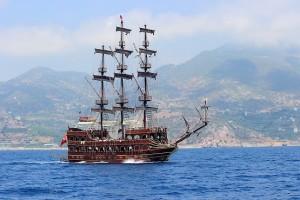 Яхта в Средиземном море у берегов Алании