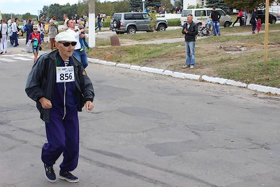 Стартовал самый старший участник пробега
