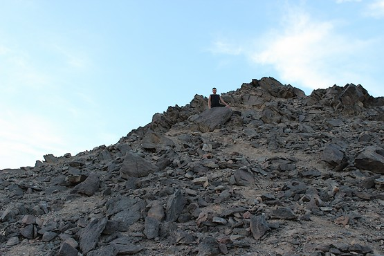 Сын у камня на скале