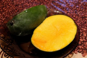 Две половинки манго