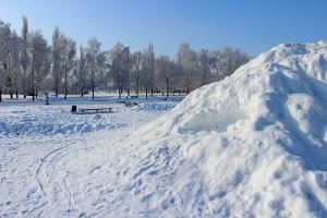 Лавочки в снегу у снежной горки