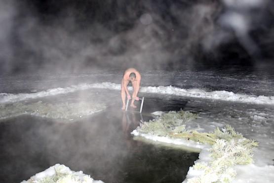 Ледяная вода в проруби