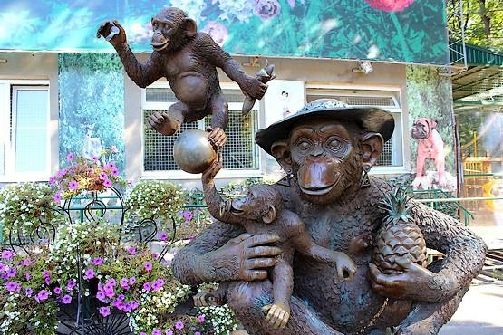 Фотография скульптуры с обезьянами