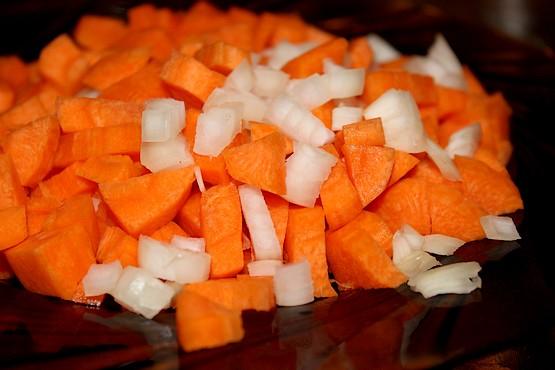 Нарезанная морковь и лук