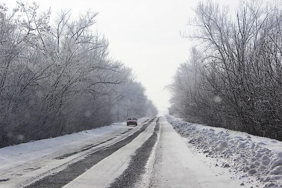 Снежная колея на дороге