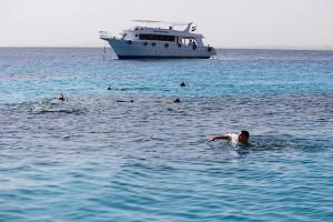 Сын в Красном море на фоне яхты