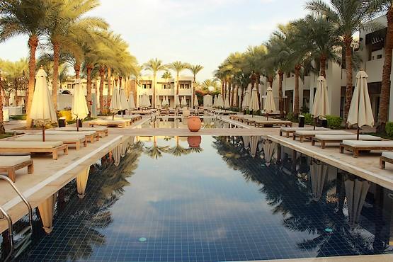 Бассейн с пальмами у вилл