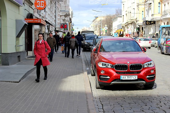 Красное BMV на улице Сумской в Харькове