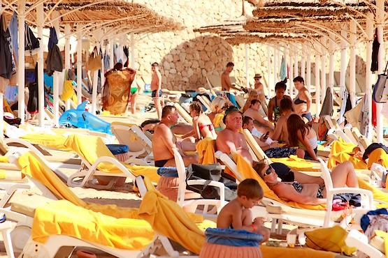 Под зонтиками на пляже у Красного моря
