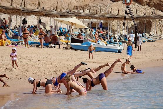 Аква аэробика на пляже у моря