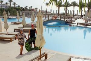 Таня и Алексей у бассейна возле ресторана