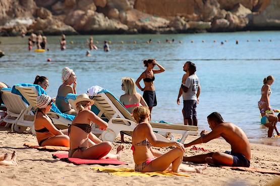 Занятие йогой на пляже в Египте