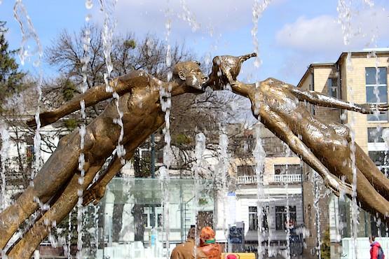 Целующаяся скульптура в фонтане