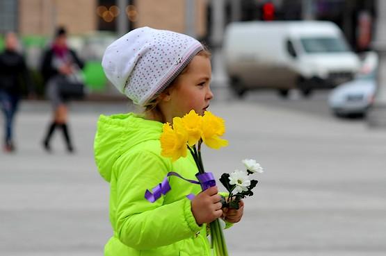 Девочка с первыми цветами