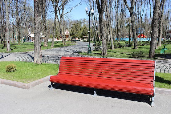 Красная лавочка в парке