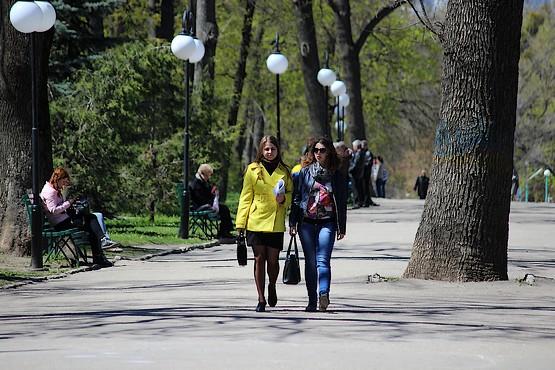 Люди прогуливаются, наслаждаясь теплом