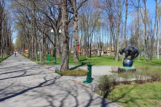 Пантера на глобусе в парке Горького