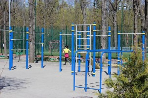 Пробегая мимо спортивной площадки в парке