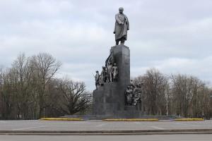 У памятника в парке Шевченко