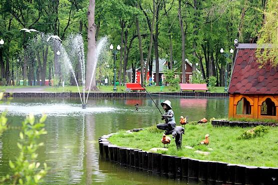 Мальчик рыбачит у пруда в парке Горького
