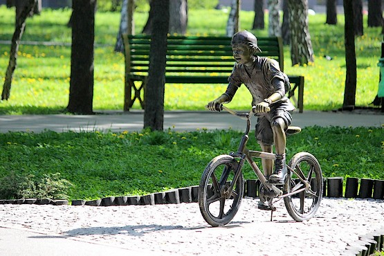 Мальчик на велосипеде в парке