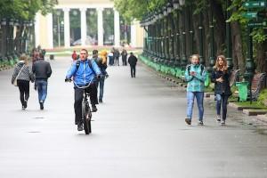 По центральной аллее парка Горького
