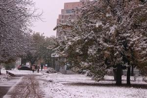Улица в снегу октября