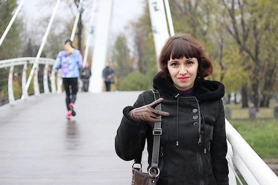 Любимая на мосту влюбленных в Харькове